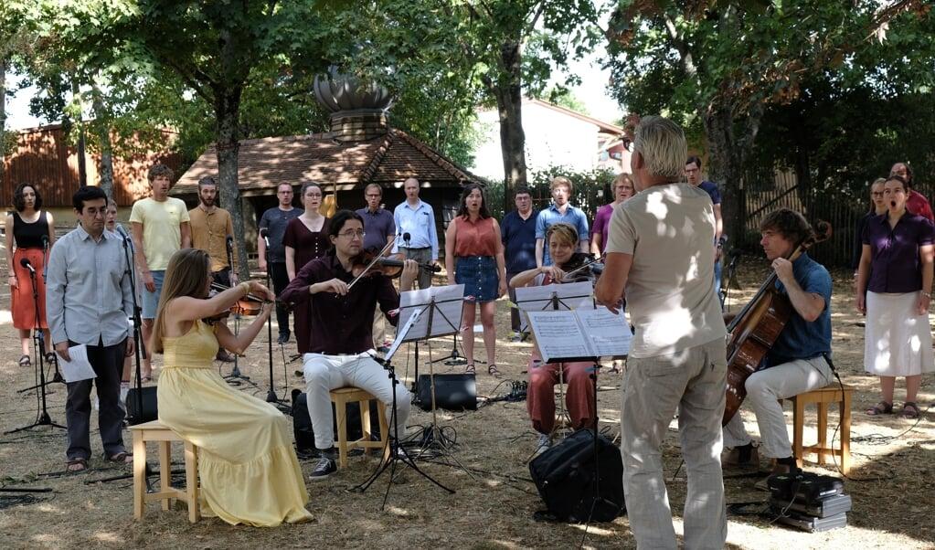 Voor het tv-programma 'Nederland Zingt' werden deze week opnames gemaakt in Taizé, wegens coronamaatregelen in de open lucht, met gepaste afstand en een beperkt aantal zangers.  (beeld Lars König / Nachtzon Media / EO / PKN                                                                                                                                                                                                                                                  )
