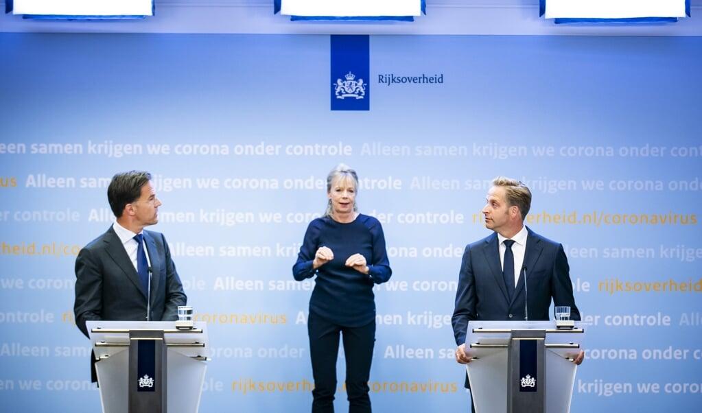 Premier Mark Rutte (L) en minister Hugo de Jonge van Volksgezondheid, Welzijn en Sport tijdens een persconferentie over de huidige stand van zaken omtrent corona in Nederland. ANP REMKO DE WAAL  (beeld anp / Remko de Waal)