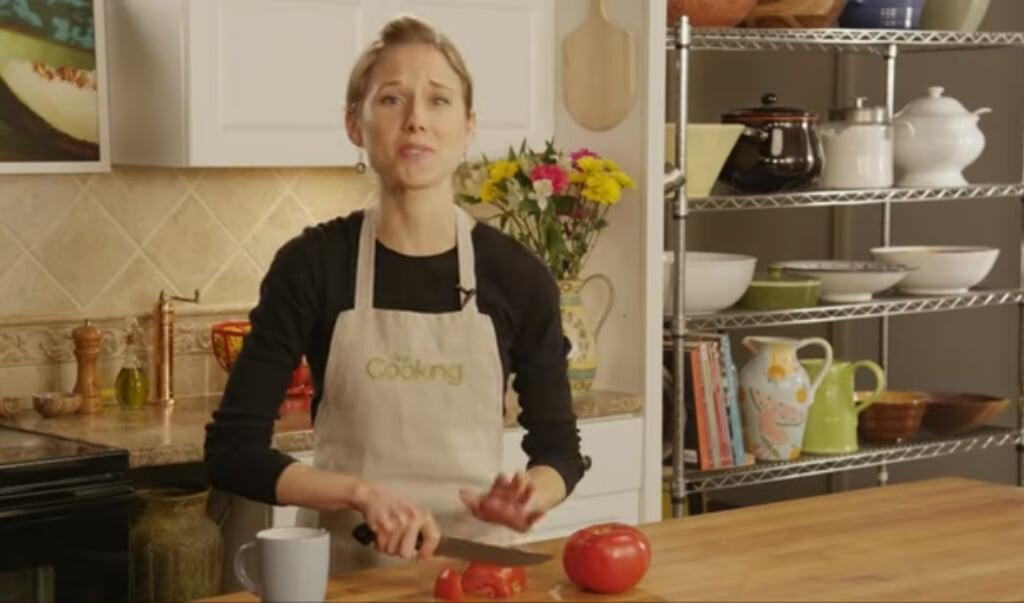 Nicki Sizemore gooit de koffie op de grond en slijpt haar mes.   (beeld youtube)