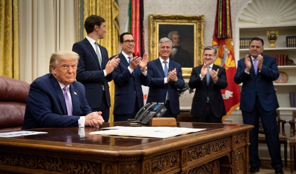 Applaus nadat Trump het 'historische akkoord' tussen Israël en de Verenigde Arabische Emiraten heeft afgekondigd.  (beeld afp / Brendan Smialowski)