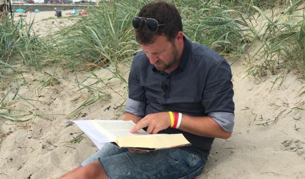 Predikant Herbert Meerveld uit Harlingen preekt op het strand.   (beeld Youtube)