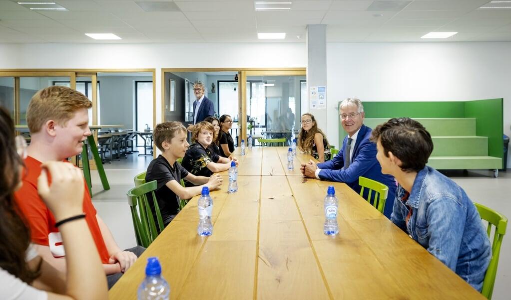 <p>Onderwijsminister Arie Slob was vorige maand bij de start van het schooljaar - in coronatijd - op de middelbare school Lumion in Amsterdam. Hij wil de opdracht aan scholen aanscherpen om goed burgerschap te onderwijzen.</p>  (beeld anp / Robin van Lonkhuijsen)