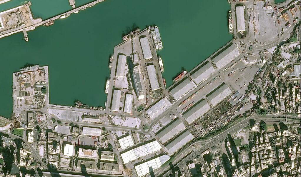 Satellietfoto's van het havengebied in Beiroet voor en na de explosie van dinsdagavond.  (beeld afp)