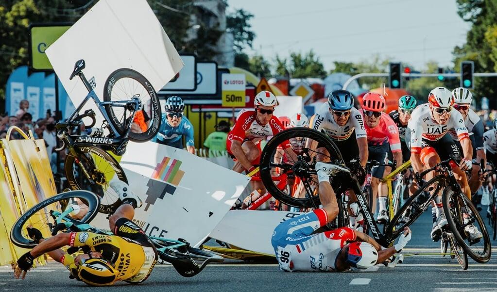 Bij een valpartij in de Ronde van Polen werd wielrenner Fabio Jakobsen met een snelheid van 80 kilometer per uur door het vanghek getorpedeerd.  (beeld afp / Szymon Gruchalski)