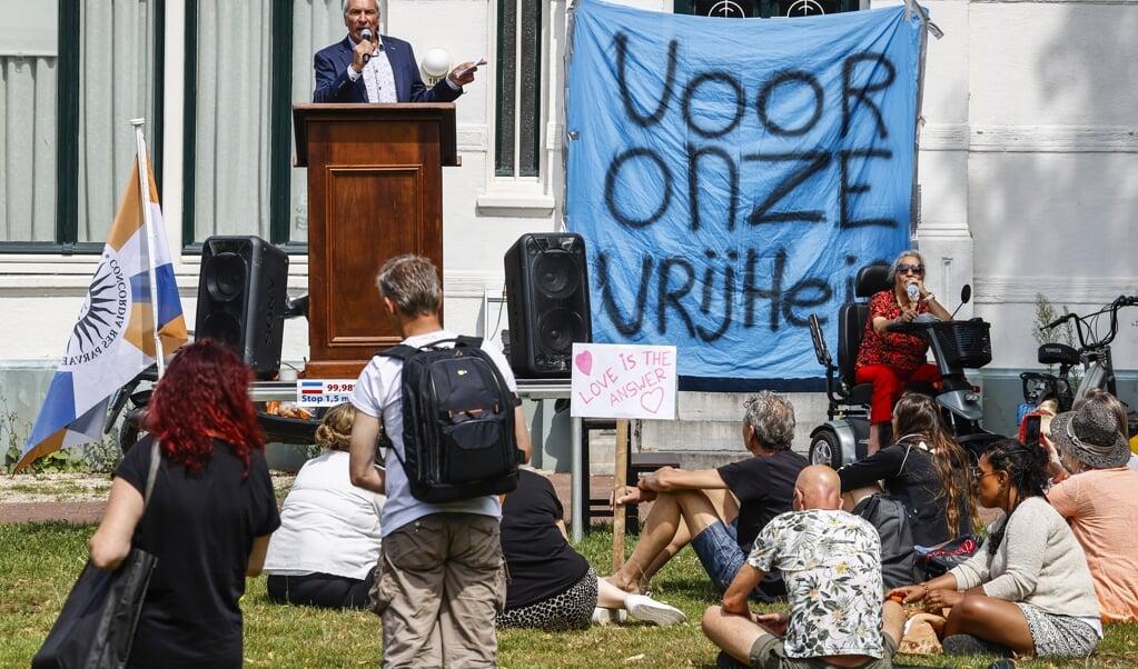 Actievoerders demonstreren in Enschede tegen de coronamaatregelen. Zij zijn onder meer tegen de anderhalvemetersamenleving en willen geen verplichting om mondkapjes te dragen.   (beeld anp / Vincent Jannink)