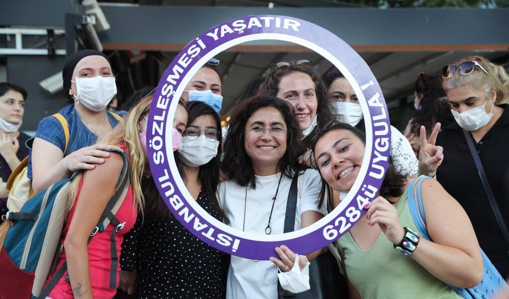 Turkse vrouwen demonstreerden vorige week in Ankara. Zij eisen dat de regering zich niet terugtrekt uit de Istanbul Conventie.  (beeld afp / Adem Altan)