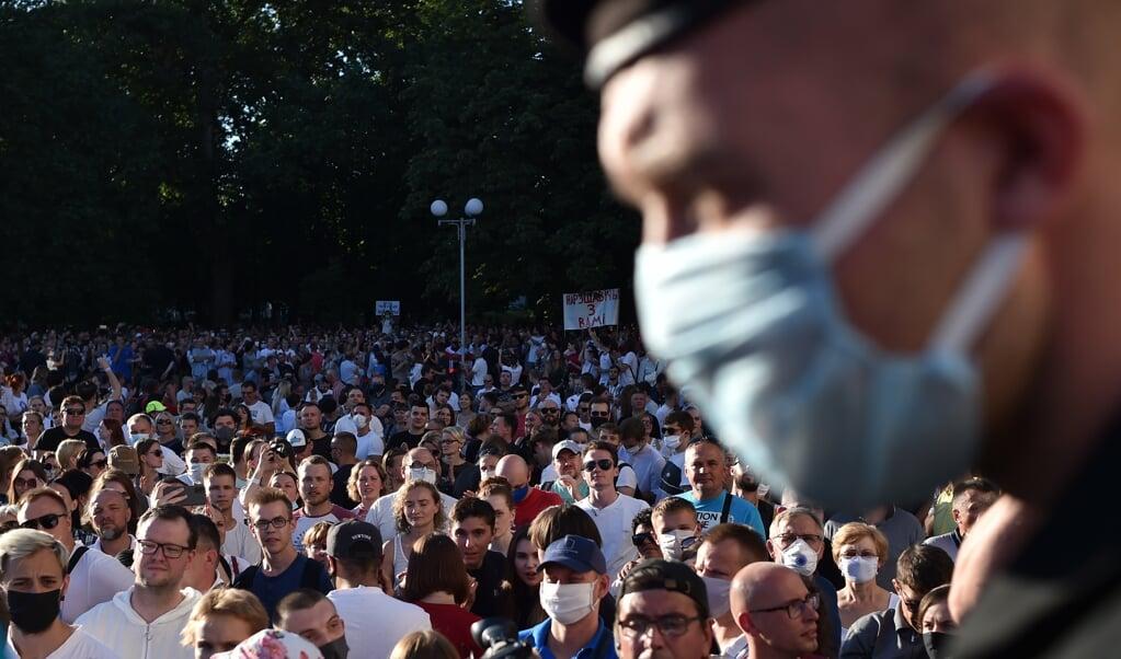 Aanhangers van de oppositie tijdens een massabijeenkomst in Minsk.  (beeld afp / Sergei Gapon)