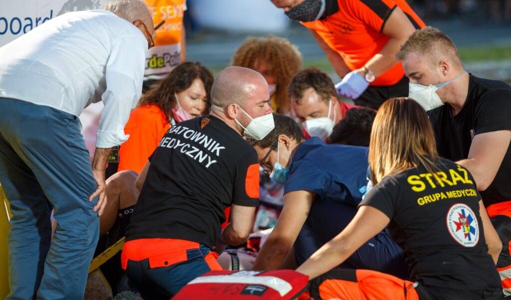 Doktoren behandelen Fabio Jakobsen na zijn val woensdag in de eerste etappe van de Ronde van Polen  (beeld Epa/ Andrzej Grygiel)