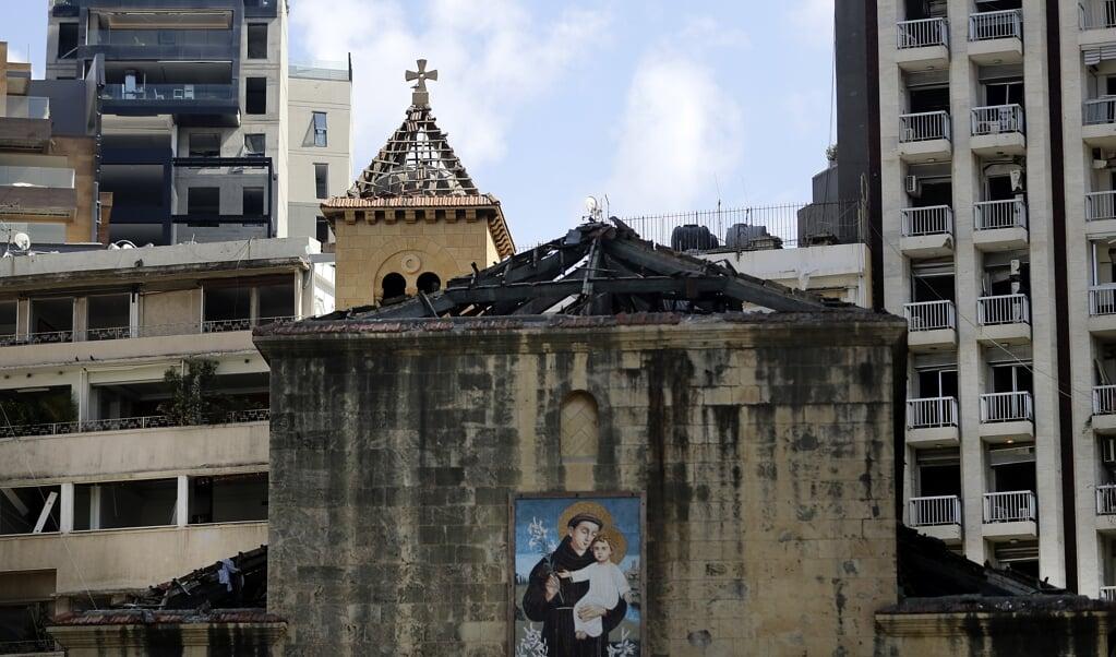 De St. Antoinekerk en andere beschadigde gebouwen nabij de haven van Beiroet, waar de verwoestende explosie plaatsvond.  (beeld afp / Joseph Eid)