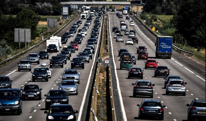 Drukte op de Franse A7 nabij Reventin-Vaugris, zaterdag.  (beeld afp / Jeff Pachoud)