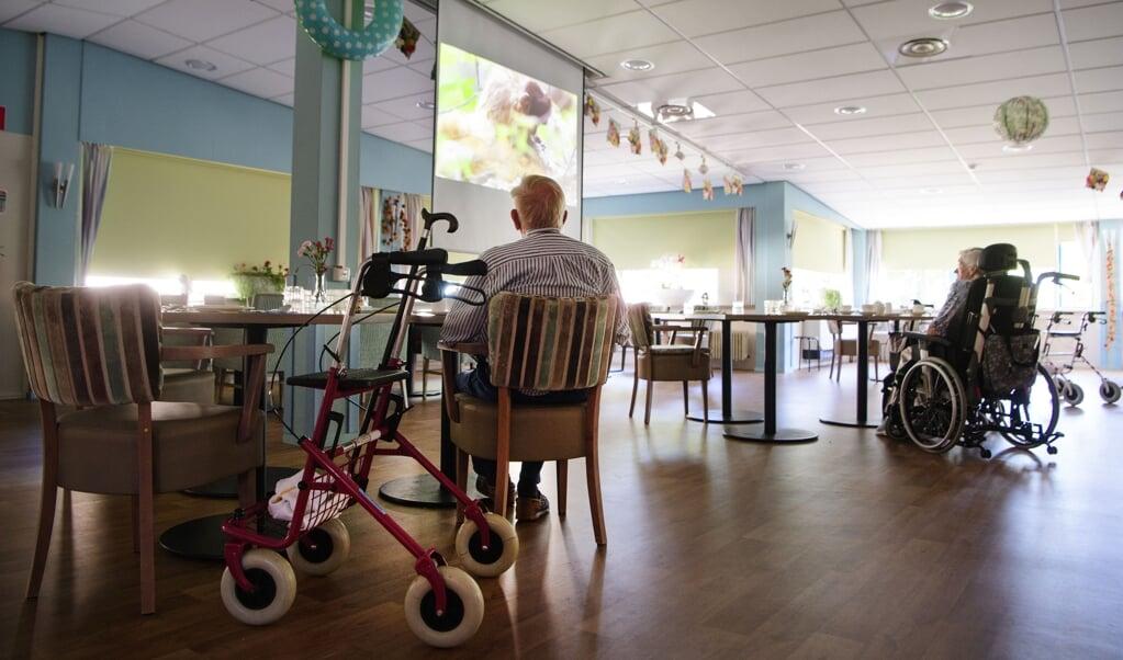 Door de coronacrisis zijn veel ouderen het contact met de buitenwereld kwijtgeraakt.  (beeld anp / Olaf Kraak)