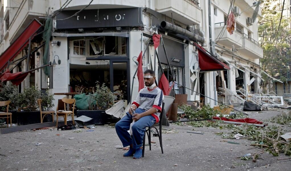 De explosie komt net nu Libanon failliet is, de banken nauwelijks functioneren en plunderingen op de loer liggen.  (beeld afp / Patrick Baz)