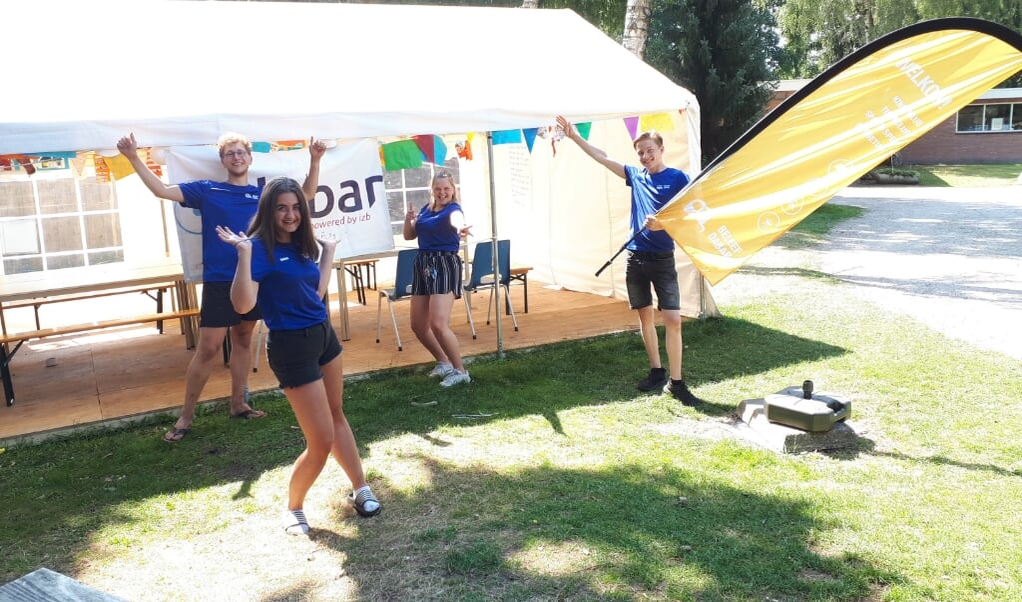 De vier teamleden van het Dabar-project in Vriezenveen, vanaf links: Leander, Sarah, Anouk en Ruben.  (beeld Agnes van Haaften)