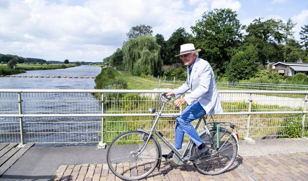 Jan Schinkelshoek fietst via de stuw bij Vilsteren over de Overijsselse Vecht.  (beeld Frank Uijlenbroek)