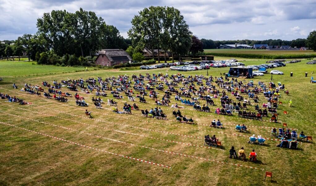 Dronefoto van een openluchtkerkdienst van de Hervormde Gemeente Barneveld. op een weiland in Barneveld.  (beeld anp / Rob Engelaar)