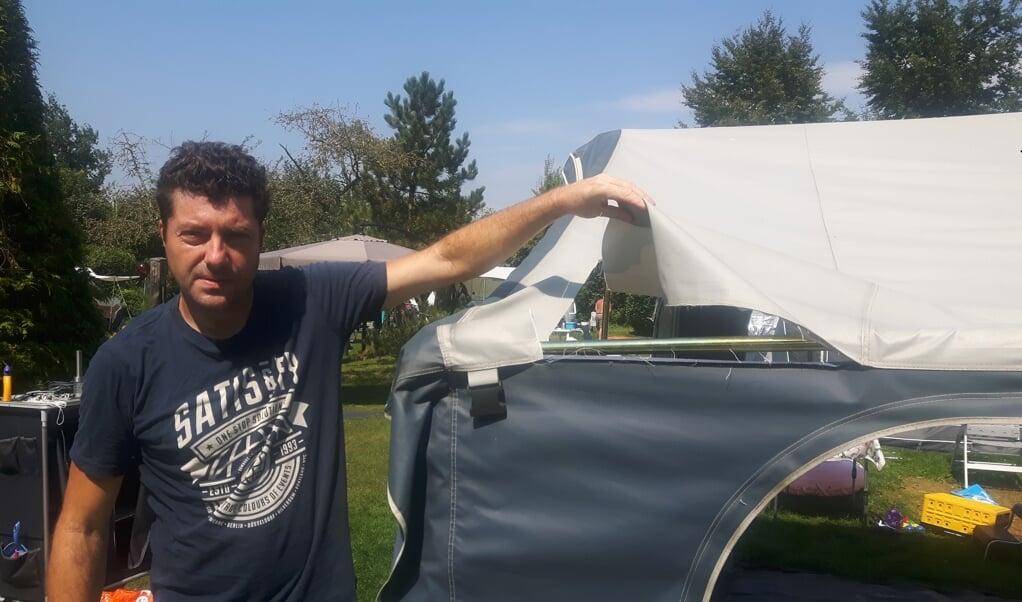 Olaf Stoppel toont een scheur in de tent.  (beeld nd)