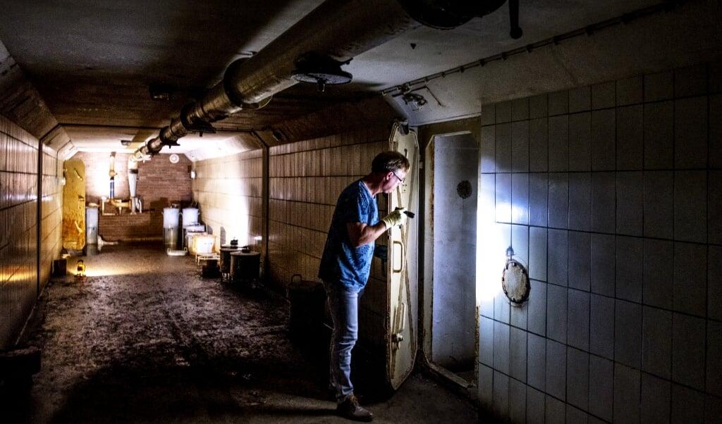 Erik Laurentzen van de gemeente Arnhem is afgedaald in de voormalige atoombunker onder de stad.  ( beeld Raymond Rutting)