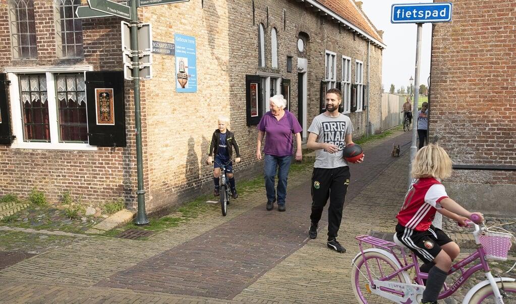 De oude binnenstad van Hindeloopen. Bewoners vrezen dat nog meer woningen verhuurd worden als vakantiehuis.  (beeld Harry Cock)