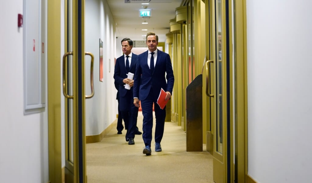 <p>Premier Mark Rutte en coronaminister Hugo de Jonge voorafgaand aan de persconferentie over coronavirus in Nederland.</p>  (beeld anp / Phil Nijhuis)