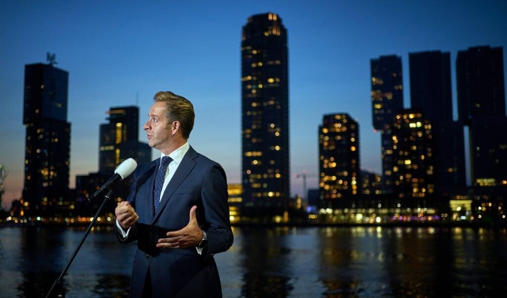 Minister Hugo de Jonge geeft vlak bij zijn woning een toelichting op de Kamerbrief over coronatests.  (beeld anp / Phil Nijhuis)