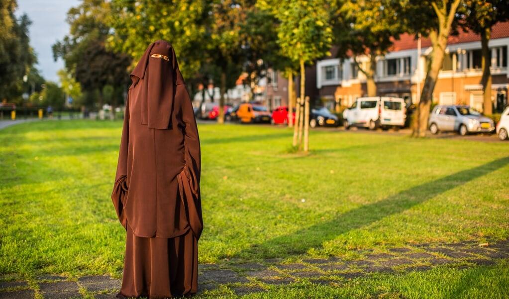 <p>Karima Rahmani kan niet meer zomaar de straat op in niqaab: 'Je wordt minstens uitgescholden, of mensen steken zomaar hun middelvinger op.'</p>  (beeld Ron Beenen)