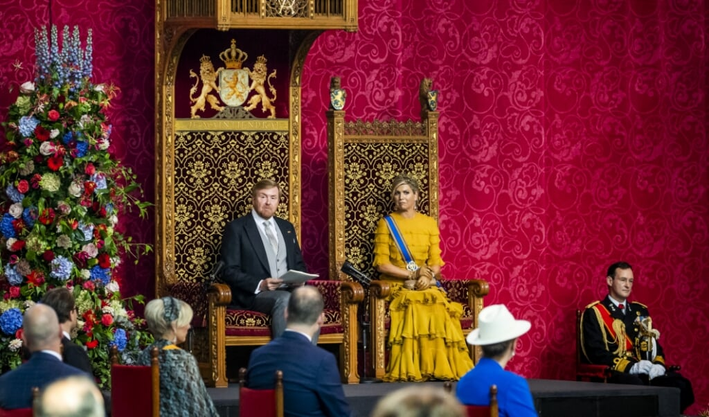 Koning Willem-Alexander leest, met aan zijn zijde koningin Maxima, de troonrede voor op Prinsjesdag aan leden van de Eerste en Tweede Kamer in de Grote Kerk.   (beeld anp / Remko de Waal)