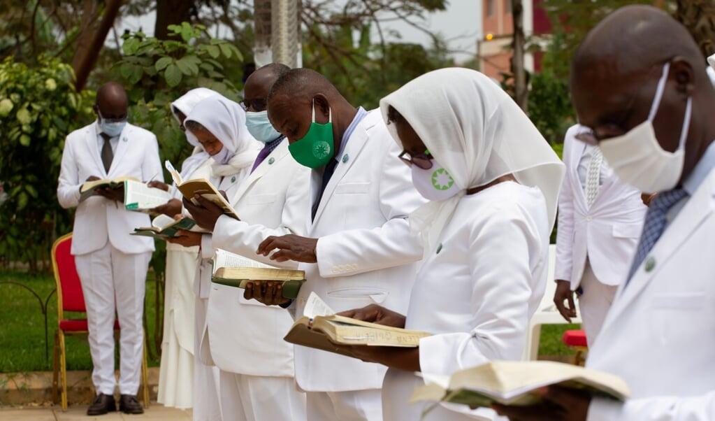 <p>In de Angolese hoofdstad Luanda kwamen afgelopen weekend gemeenteleden voor het eerst samen sinds de uitbraak van COVID-19.&nbsp;</p>  (beeld afp / Osvaldo Silva)