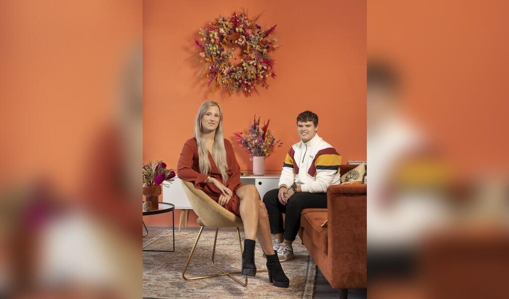 Broer en zus Carmen (23) en Danny (23) de Bruin runnen online een droogbloemenzaak.  (beeld Niek Stam)