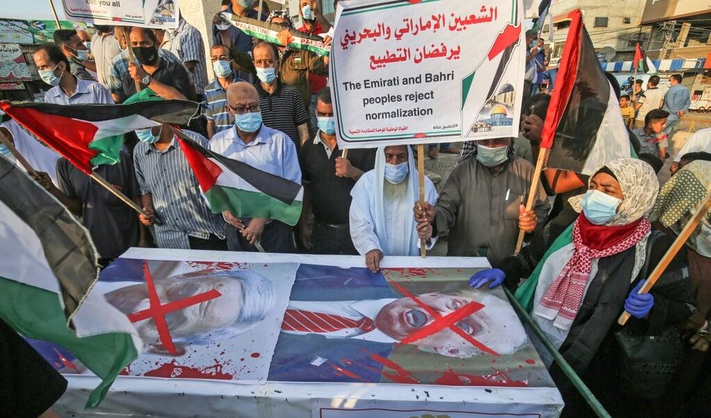 <p>Palestijnen protesteren in Rafah, in de Gazastrook, tegen de Abraham-akkoorden van de &nbsp;Verenigde Arabische Emiraten en Bahrein met Isra&euml;l.</p>  (beeld AFP / Said Khatib)