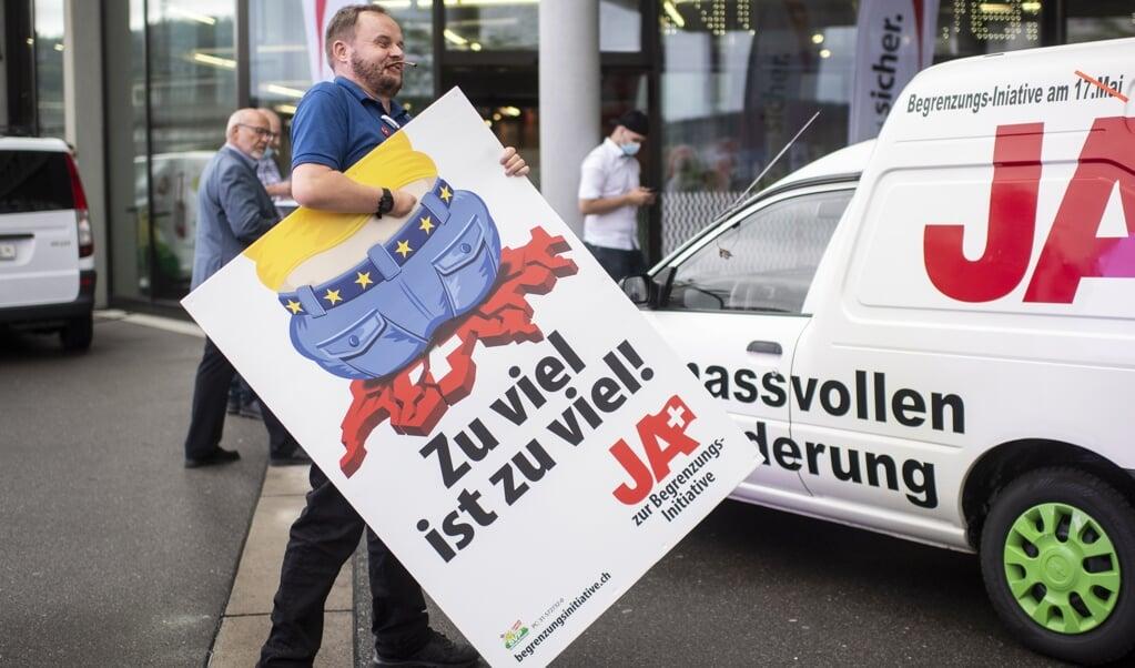 <p>De Zwitsers willen geen rem op migratie uit de EU, is de uitkomst van het referendum dat zondag werd gehouden.</p>  (beeld epa / Ennio Leanza)