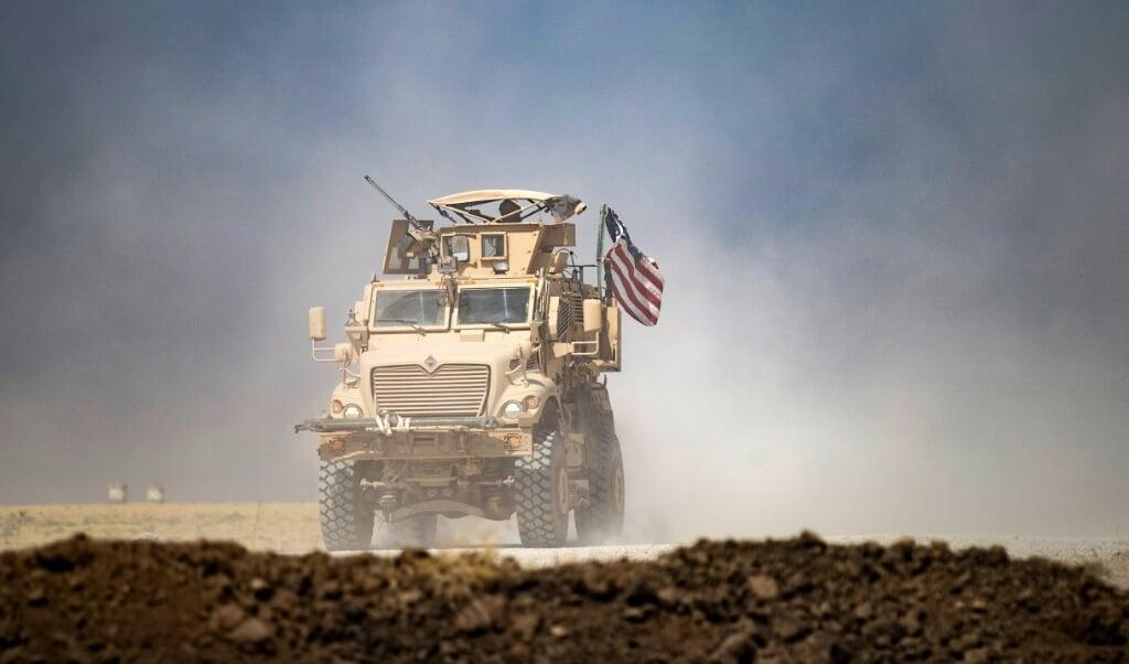 <p>Een Amerikaans patrouillevoertuig in de Syrische regio Hasakah. De Russen ramden een wagen van dit type.</p>  (beeld afp / Delil Souleiman)