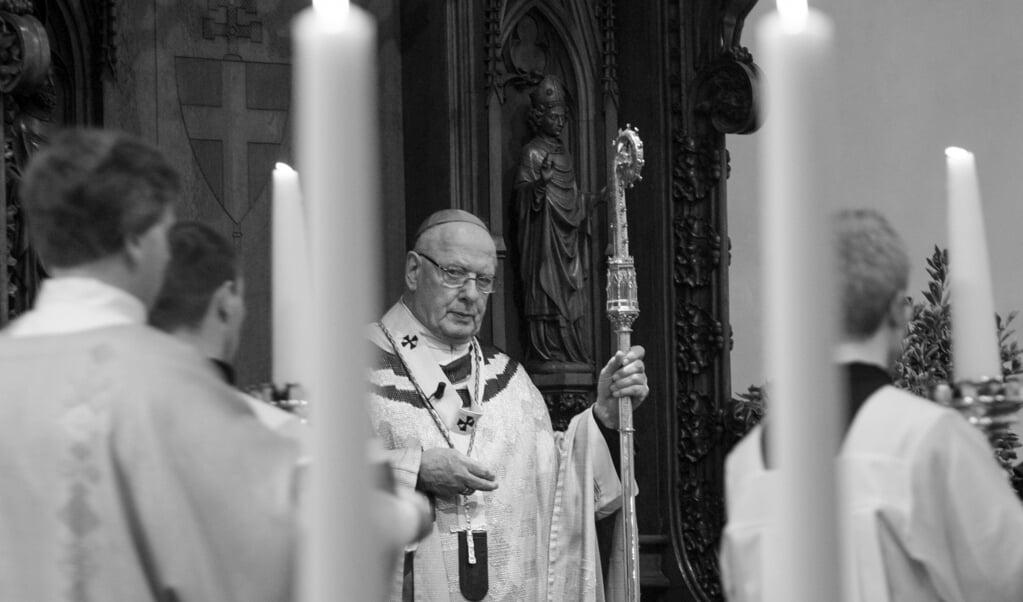 Kardinaal Adrianus Simonis tijdens de laatste eucharistieviering voor zijn emeritaat als aarttsbisschop van Utrecht (2008).  (beeld anp / Robin Utrecht)