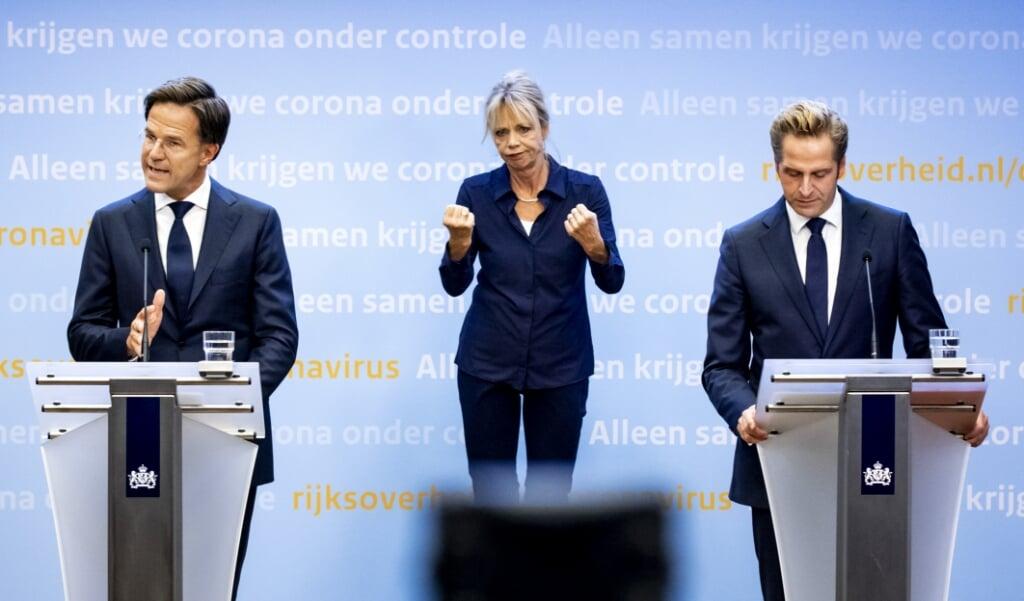 <p>Premier Mark Rutte en minister Hugo de Jonge (Volksgezondheid) tijdens een persconferentie het coronavirus.</p>  (beeld anp / Remko de Waal)