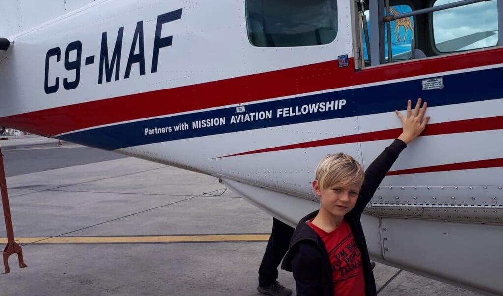 Judah Obdam bij het vertrek van de familie uit Mozambique. Een 'privévlucht' met zendingsorganisatie MAF bleek de enige manier om weg te komen.  (beeld Karen Zilver)
