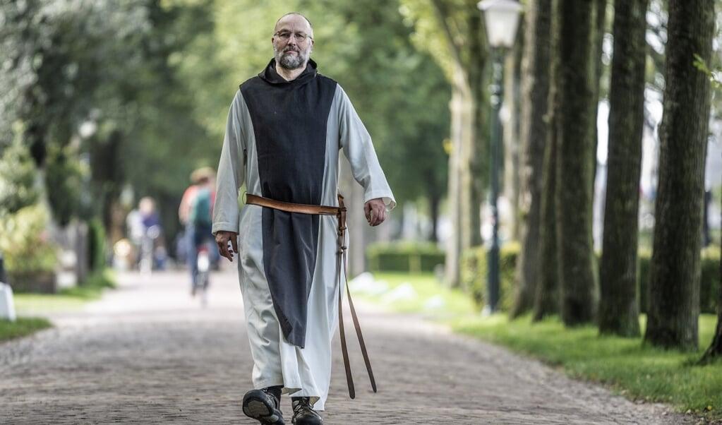 Abt Alberic in de straten van Schiermonnikoog.  (beeld duncan wijting)