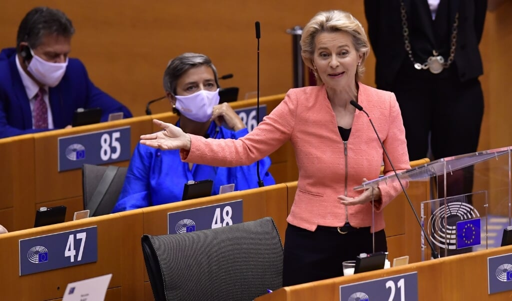 <p>Ursula von der Leyen spreekt het Europees Parlement toe.&nbsp;</p>  (beeld afp / John Thys)