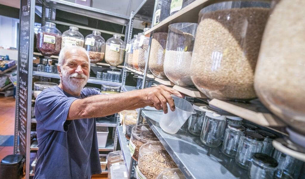<p>Abel Hertzberger in zijn winkel.</p>  (beeld Jeroen Jumelet)