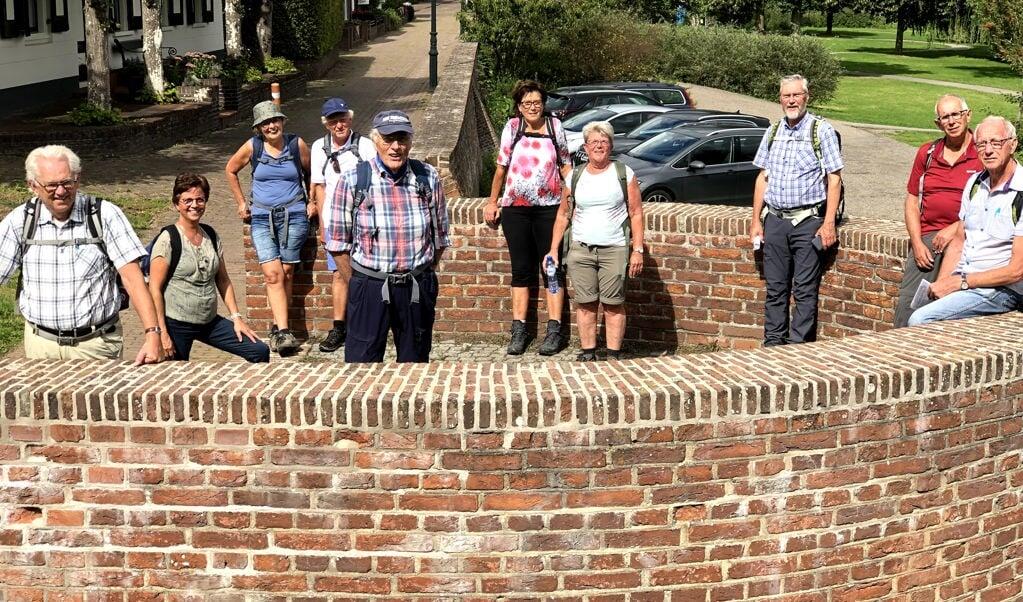 <p>Teus van Harten (links) In Asperen met een ad-hocwandeling vanuit Leerdam op 31 augustus 2020.</p>  (beeld Jan de Vries)