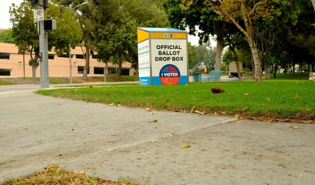 <p>Er worden al stembussen klaargezet, zoals hier in Los Angeles; de echte dag &nbsp;van de Amerikaanse presidentsverkiezingen is 3 november.</p>  (beeld afp / Chris Delmas)