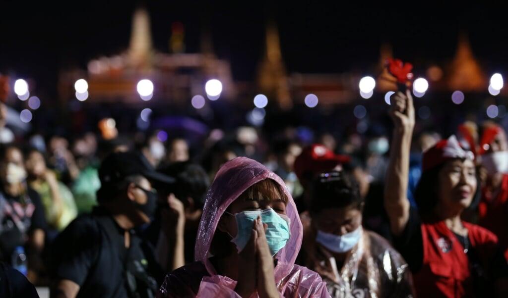 """<p class=""""G_foto_bijschrift13"""" pstyle=""""G_foto_bijschrift1-3"""">Duizenden demonstranten zwaaien met de zaklamp op hun mobiele telefoons tijdens protesten tegen de regering en het koningshuis. </p>  (beeld epa / Narong Sangnak)"""