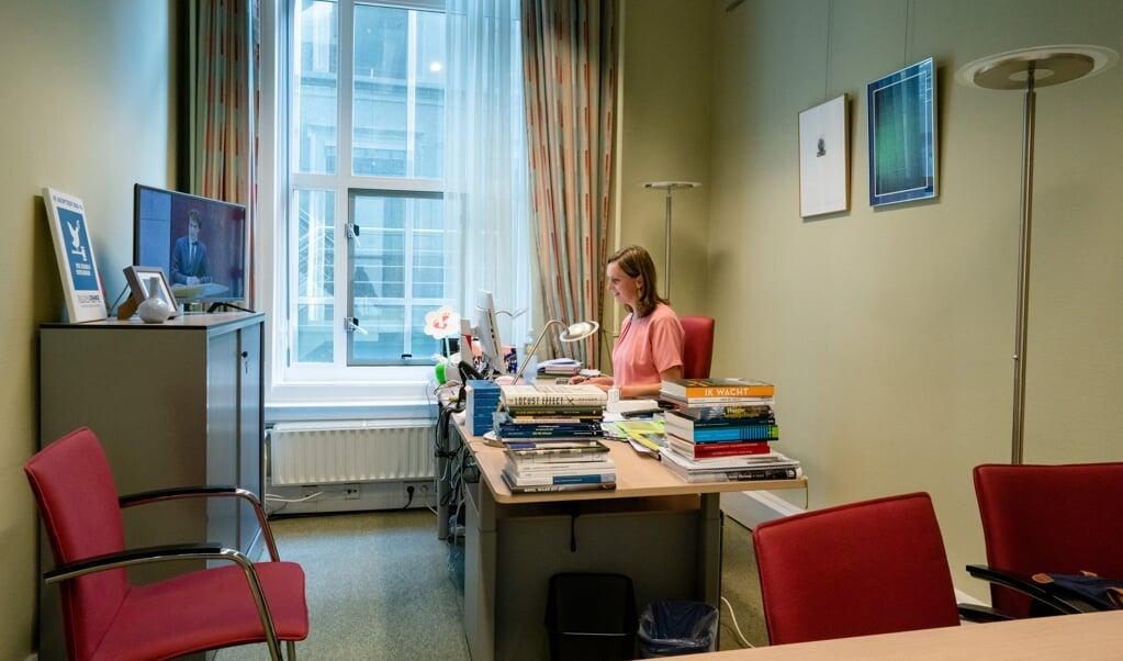 Een groot aantal Kamerleden volgde woensdag de Algemene Beschouwingen vanuit hun werkkamer. Stieneke van der Graaf (Christenunie).  (beeld anp / Bart Maat)