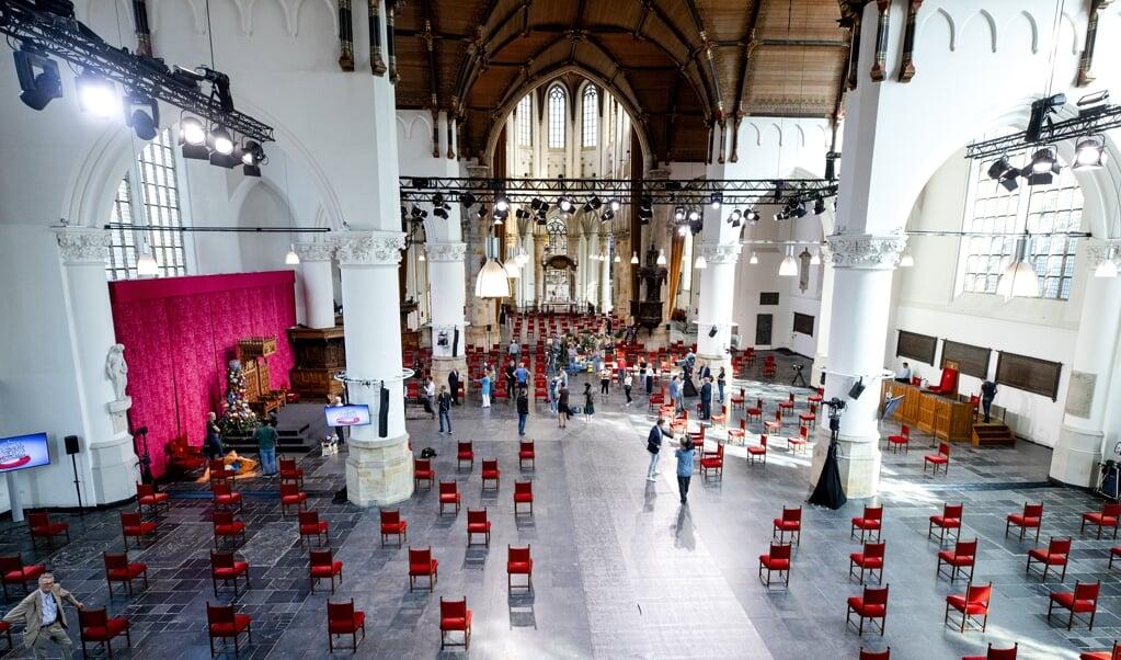 <p>De laatste voorbereidingen worden getroffen in de Grote Kerk, in aanloop naar Prinsjesdag.&nbsp;</p>  (beeld anp / Sem van der Wal)