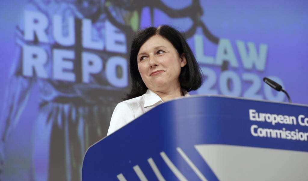 <p>Eurocommissaris Vera Jourov&aacute; weet wat het is om in de land te leven waar de rechtsstaat niets waard is.</p>  (beeld afp / Olivier Hoslet)
