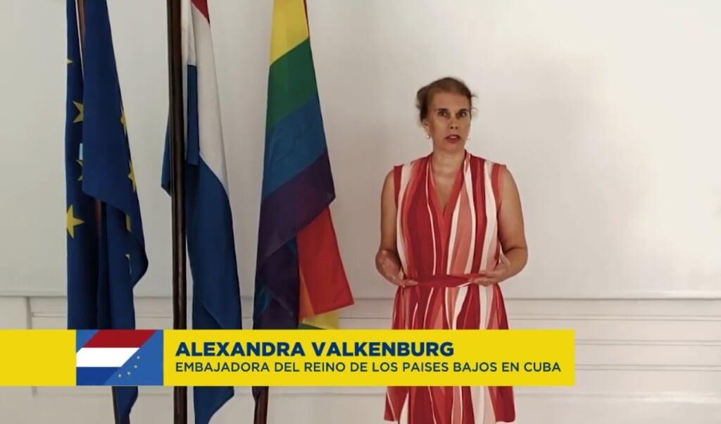 <p>Alexandra Valkenburg afgelopen 17 mei als Nederlandse ambassadeur op Cuba met een videoboodschap ter gelegenheid van de &#39;Internationale Dag tegen Homofobie, Transfobie en Bifobie&#39;.</p>  (beeld Facebook - Unión Europea en Cuba)