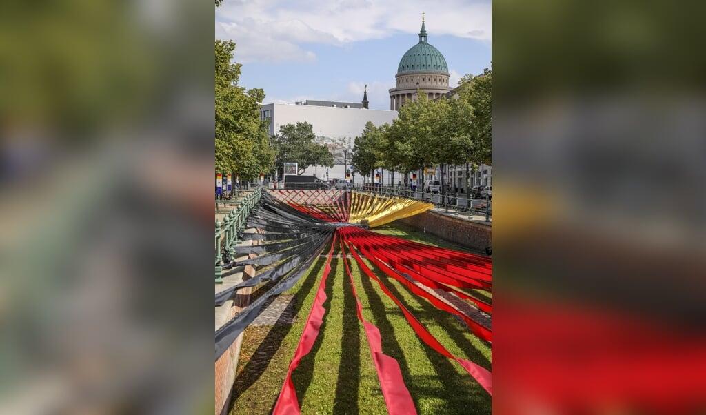 """<p class=""""G_foto_bijschrift_zonderbalk"""" pstyle=""""G_foto_bijschrift_zonderbalk"""">Lange stroken stof in de kleuren van de Duitse nationale vlag, uitgespreid in het oude stadskanaal in Potsdam. Dit ter gelegenheid van de Dag van de Duitse Eenheid op 3 oktober.</p>  (beeld epa / Omer Messinger)"""