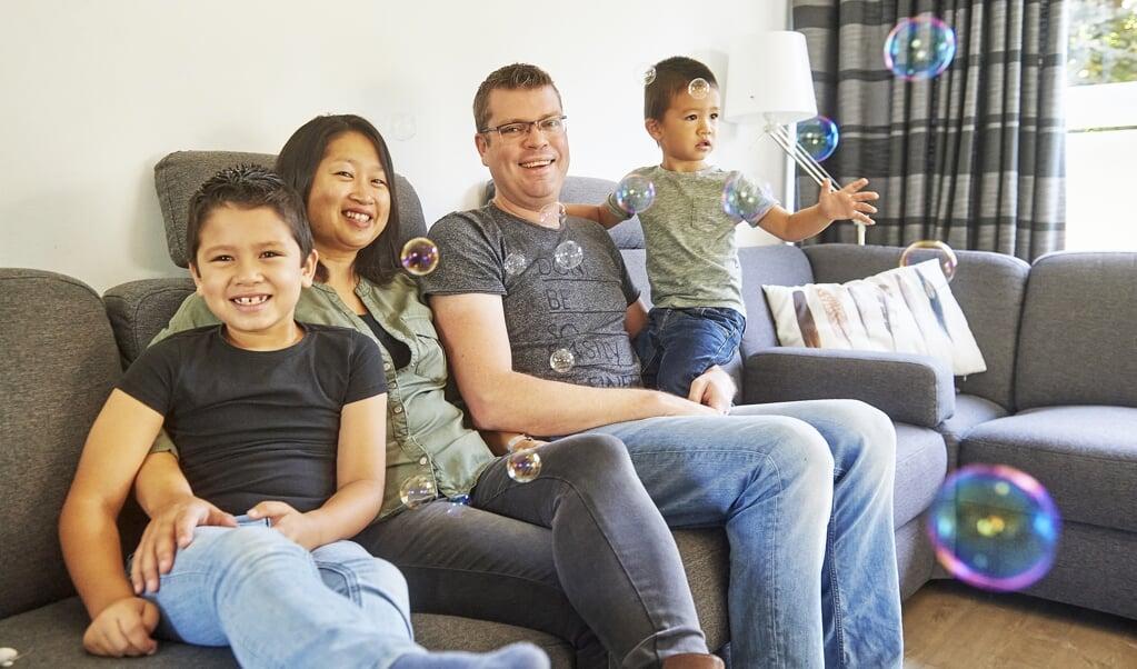 <p>David met zijn ouders en broertje.</p>  (beeld Van Assendelft)