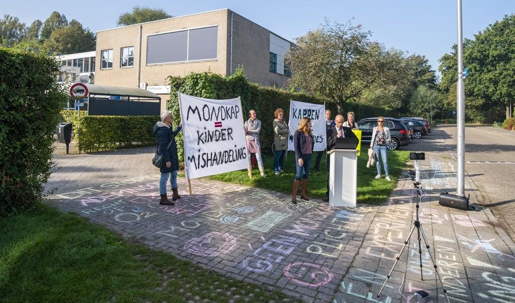 <p>Ouders van leerlingen en sympathisanten van Viruswaarheid Nederland protesteren op het schoolplein van het Farel College tegen de mondkapjesplicht die voor leerlingen op de middelbare school geldt.</p>  (beeld anp / Jeroen Jumelet)