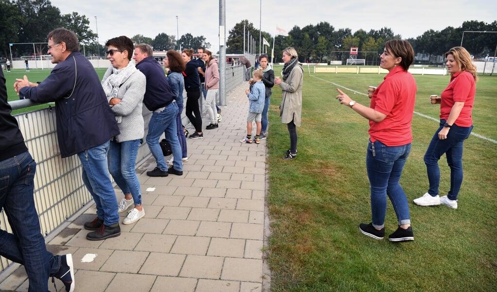 De gastvrouwen van RKSV Boxtel die ouders wijzen op de anderhalve meter afstand.   (beeld Marcel van den Bergh)