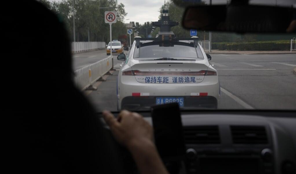 <p>Een proefmodel van een zelfrijdende auto op weg in Beijing. De zelfrijdende auto stelt, naast de technologie die ervoor nodig is, ook ethische dilemma&rsquo;s aan het gebruik.</p>  (beeld epa / Wu Hong)