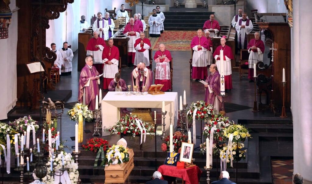 Kardinaal Wim Eijk gaat voor in de uitvaart van zijn voorganger, aartsbisschop en kardinaal Ad Simonis. Op het priesterkoor staan vrijwel alle Nederlandse bisschoppen en de pauselijk nuntius, Aldo Cavalli.  (beeld epa / Ramon Mangold)